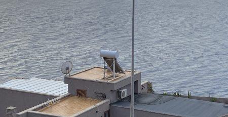 imagen-termosifon-solar-sobre-edificio-frente-al-mar-en-tenerife